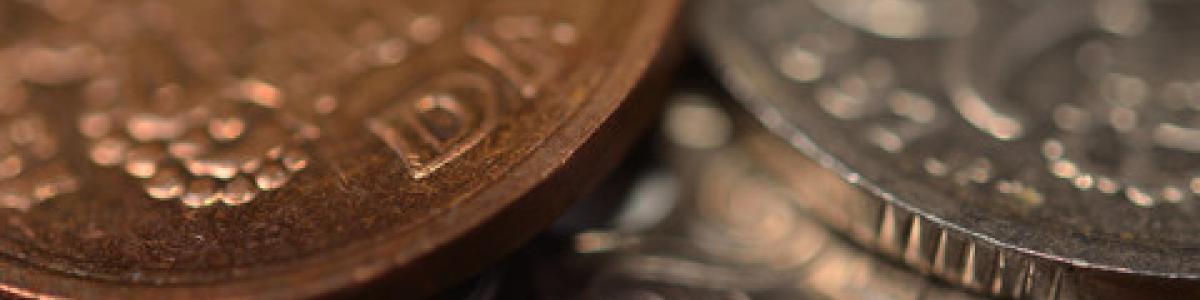 nærbillede af forskellige danske mønter
