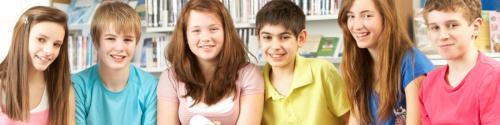 Unge mennesker på et bibliotek