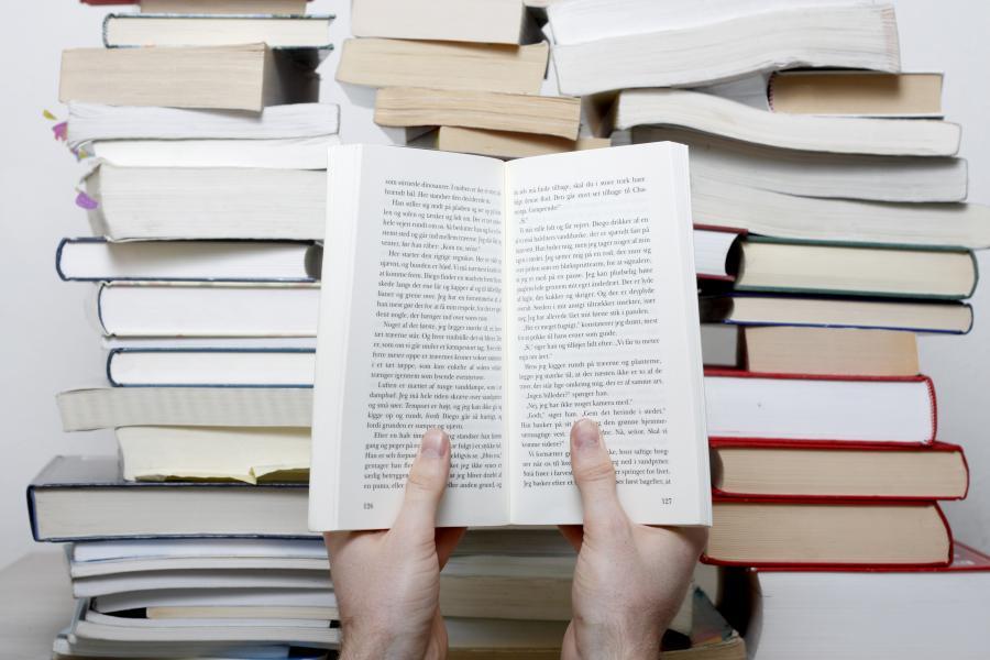 Mand der læser